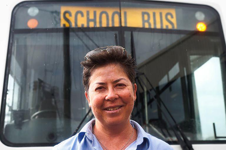Pauline Menczer a los 50, como conductora de un bus escolar en Australia