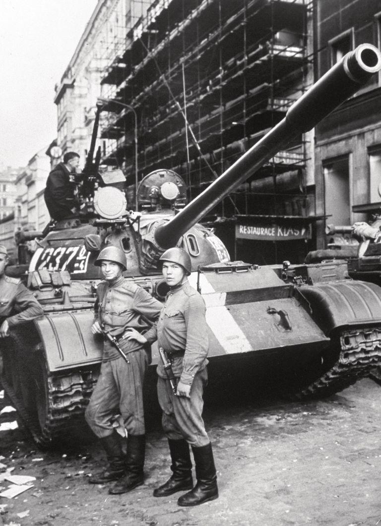 La entrada de los cañones soviéticos en Praga, la capital checa (agosto de 1968), dato clave en la novela Utz.