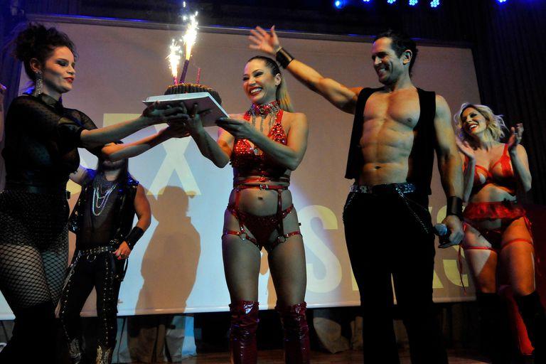 Romina Richi, Diego Ramos y Noelia Marzol, entre otros actores de Sex, le festejan el cumpleaños a Adabel Guerrero en la función del sábado de la obra de José María Muscari