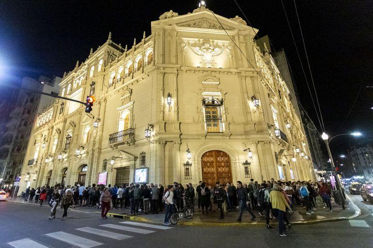 El jueves hubo fila desde temprano para ingresar al Teatro Cervantes