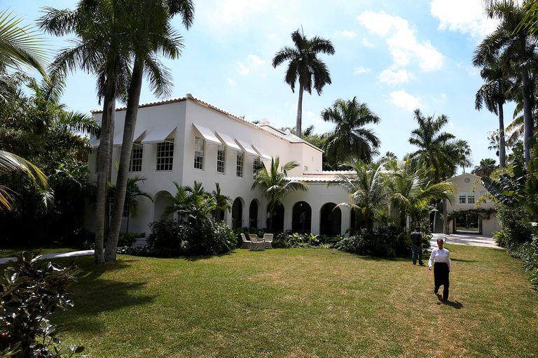 La propiedad de estilo colonial con siete dormitorios cuenta con tres casas: la casa de la entrada, la villa principal y la cabaña de la piscina