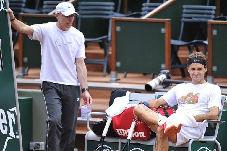"""Federer no juega desde enero de 2020 y se sometió a dos cirugías; """"Esta rodilla le había causado problemas durante años. Pero podría tenerlos bajo control"""", apunta el PF Paganini."""