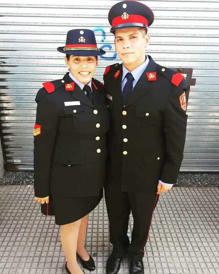 Sabrina Silva posa junto a su hermano Santiago, que también es bombero