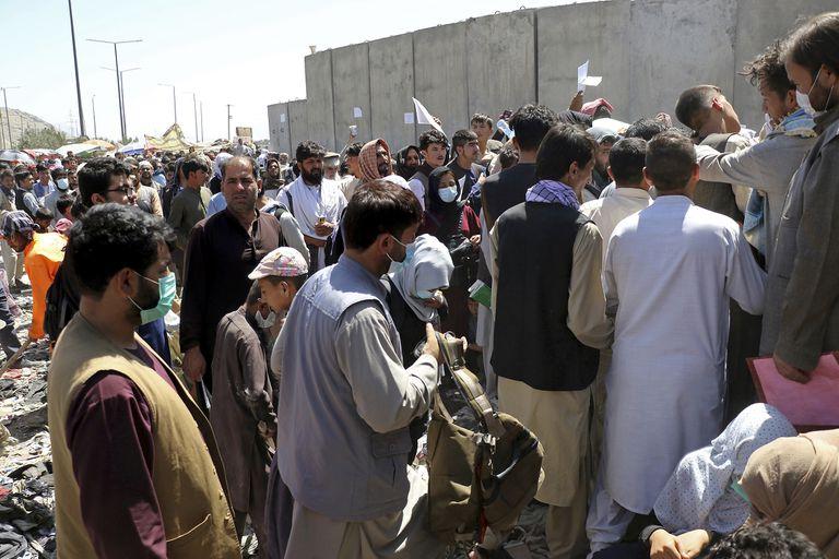 Miles de personas se acercan a diario al aeropuerto de Kabul para intentar irse del país; allí cerca fue donde estallaron las dos bombas
