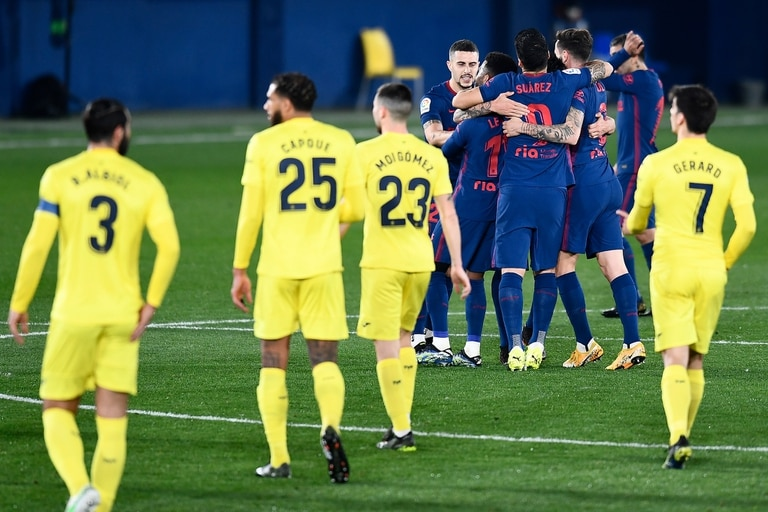 Tras la revisión por el VAR, los jugadores de Atlético de Madrid festejan el primer gol, de Alfonso Pedraza en contra.