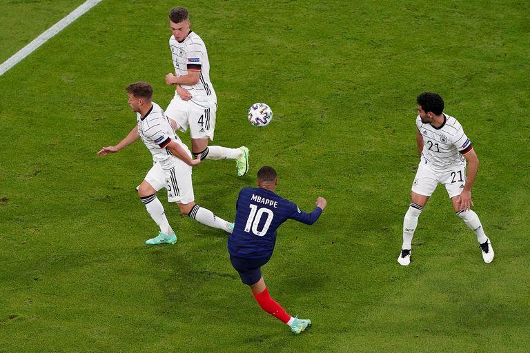 Mbappé maniobró entre Kimmich, Ginter y Gündogan y definió con este tiro inesperado, pero no valió por un fuera de juego previo de él.