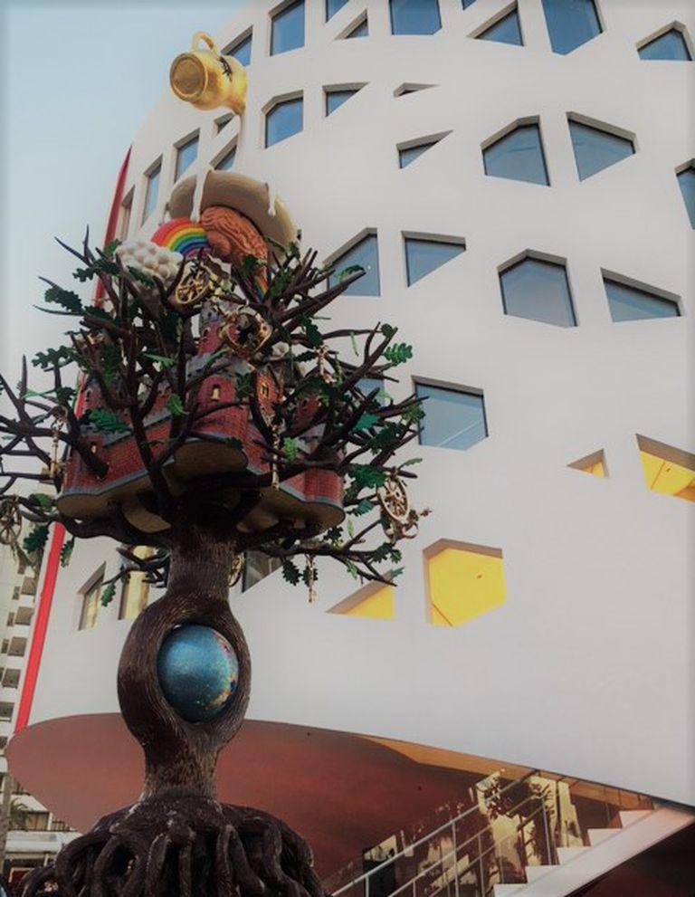 El Árbol de la vida, creado por Studio Job, delante de la fachada del Faena Forum