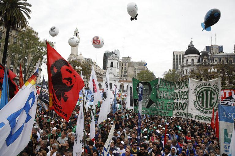 Miles de personas llenaron la Plaza de Mayo