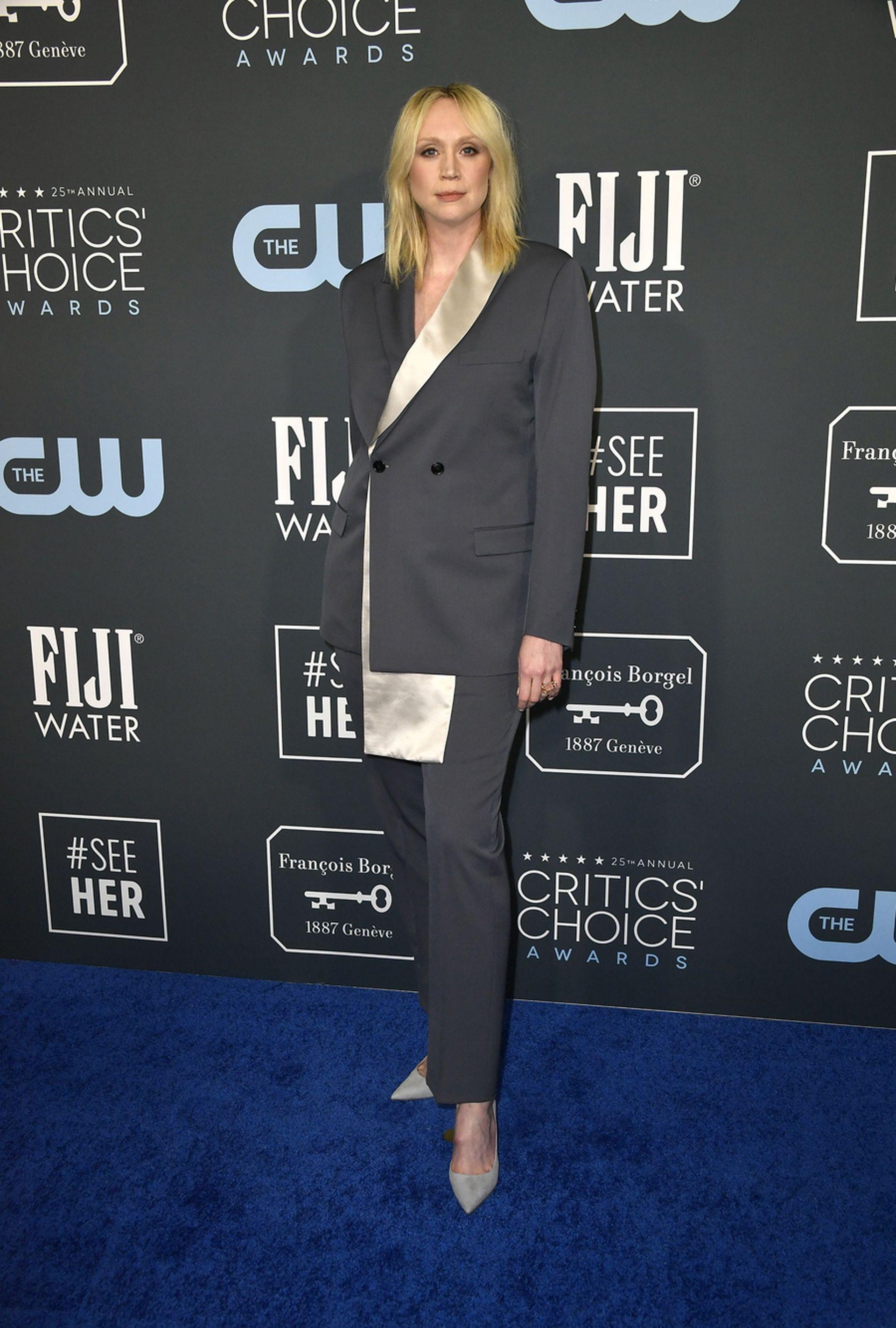 La actriz inglesa Gwendoline Christie escogió un traje en color gris y dorado de Dior