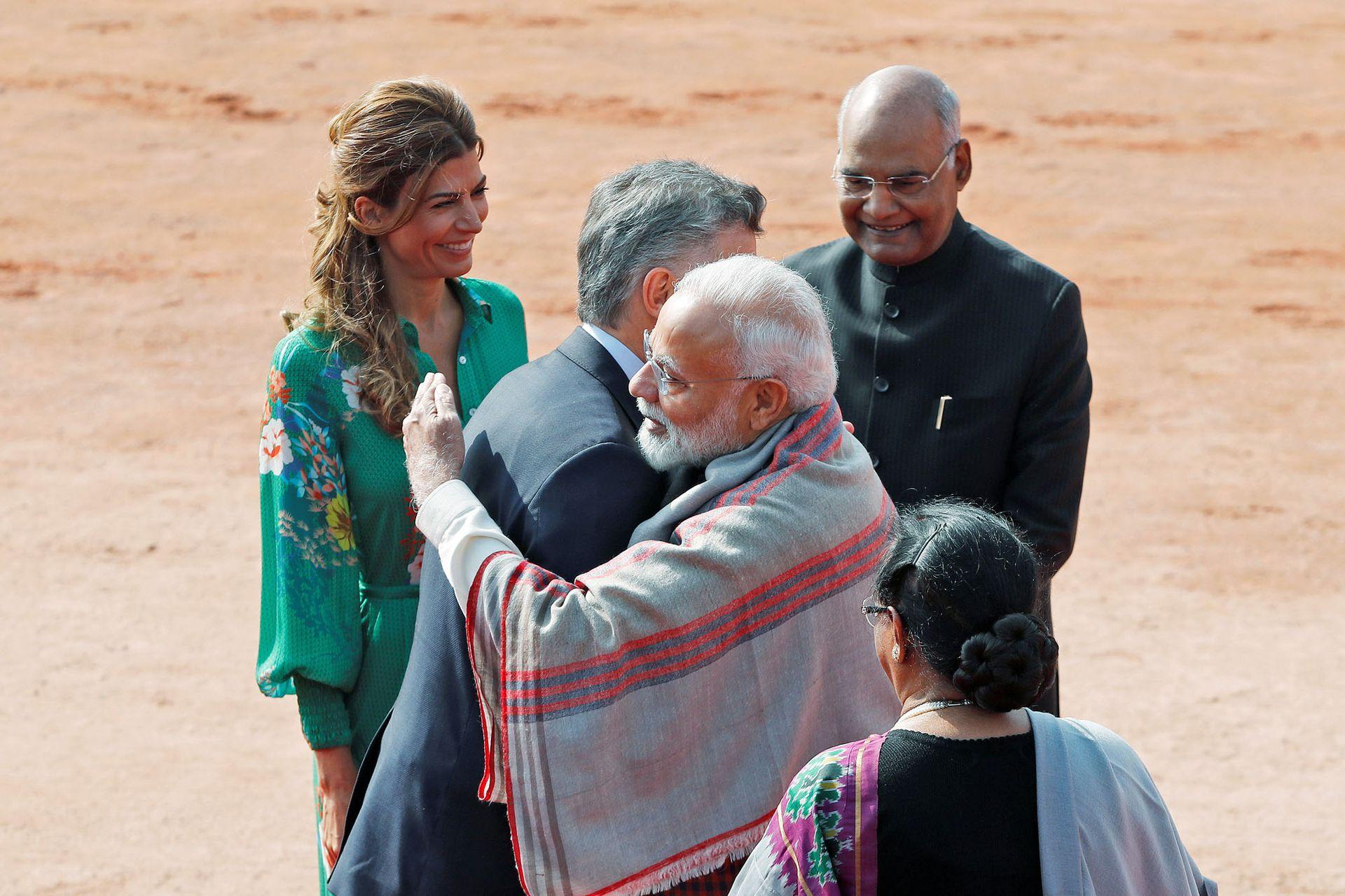 El primer ministro de India, Narendra Modi, abraza al presidente de la Argentina