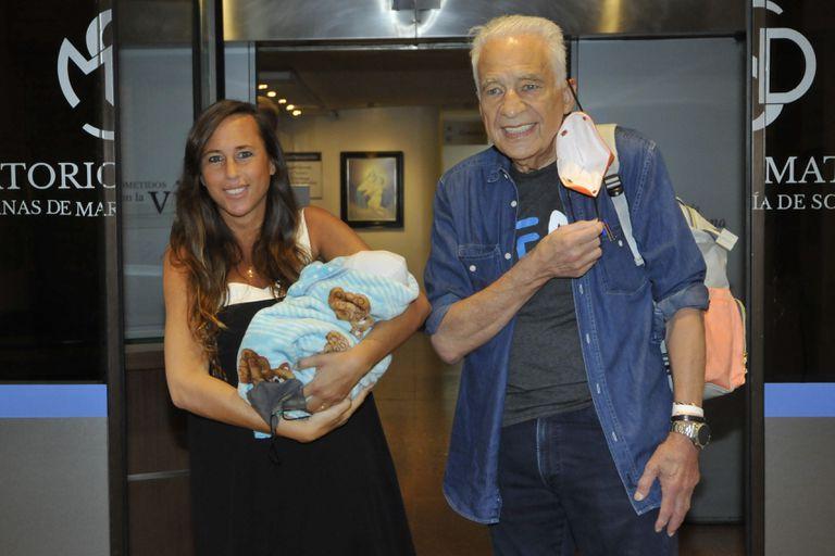 Alberto Cormillot junto a Estefanía Pasquini, saliendo del sanatorio con su hijo Emilio
