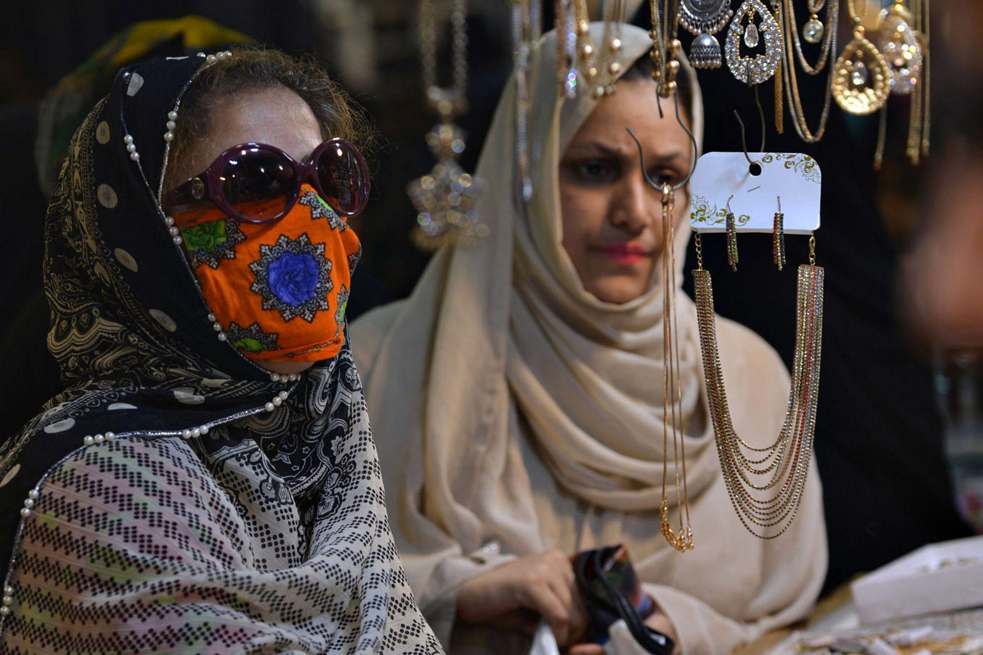 Mujeres eligen joyas en un comercio de Karachi