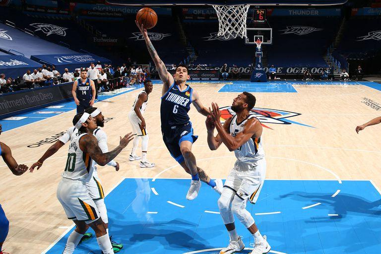 Justo frente al mejor equipo de la NBA, Utah Jazz, Gabriel Deck se lució a pesar de la nueva caída de Oklahoma City Thunder por 109-93: 18 puntos y 6 rebotes, en su penúltimo partido en la temporada; en la imagen supera al francés Rudy Gobert (derecha), uno de los mejores defensores de la liga.