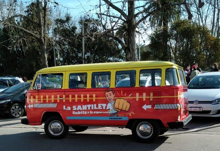 """""""La Santileta"""" se lee a uno de los lados del vehículo de Santilli junto a una caricatura del precandidato"""