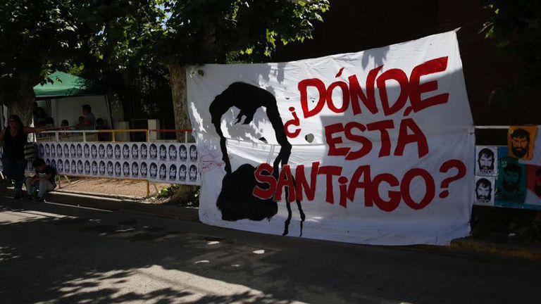 Banderas en homenaje a Santiago Maldonado en 25 de mayo, donde se realiza el velorio