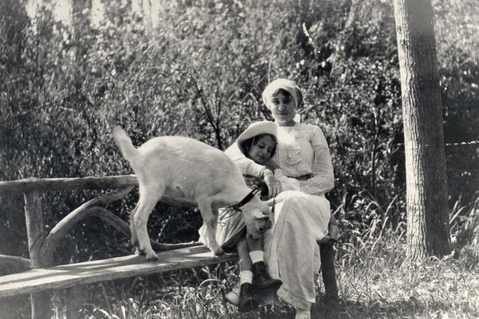 Durante uno de los veranos en Villa Ocampo, un gesto amoroso entre Victoria y Silvina.  La mayor y la menor. Dos potencias literarias, cada una a su estilo.
