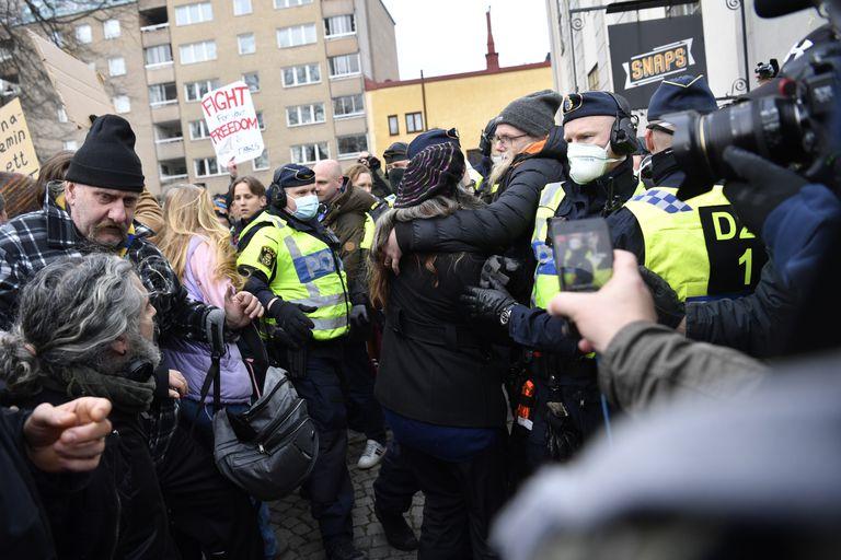 Coronavirus: las protestas contras las restricciones terminan en disturbios en Suecia
