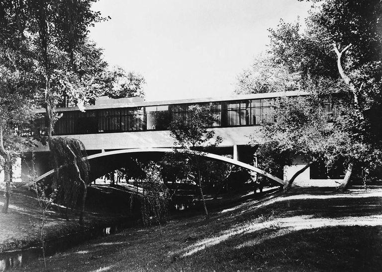 En la Casa sobre el arroyo en Mar del Plata, el hormigón que la constituye está a la vista, martelinado y tratado químicamente