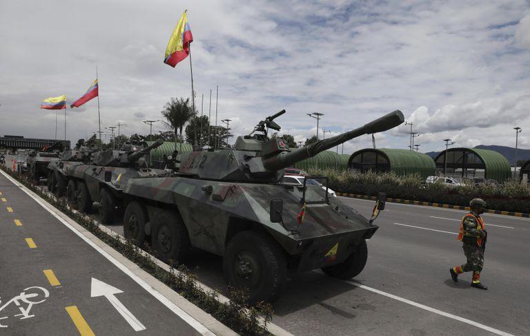 Soldados y tanques del ejército vigilan las casetas de peaje para evitar que los manifestantes las dañen, en las afueras de Bogotá, Colombia, el martes 4 de mayo de 2021