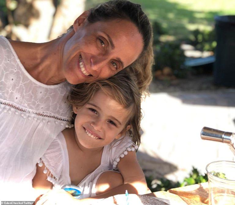 La pequeña Stella con su madre