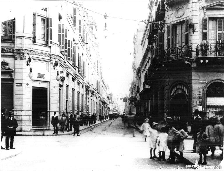 El lado Oeste de la esquina de Corrientes y Reconquista. A la izquierda, el correo en la esquina sur y a la derecha, la esquina norte, hoy ocupada por un banco