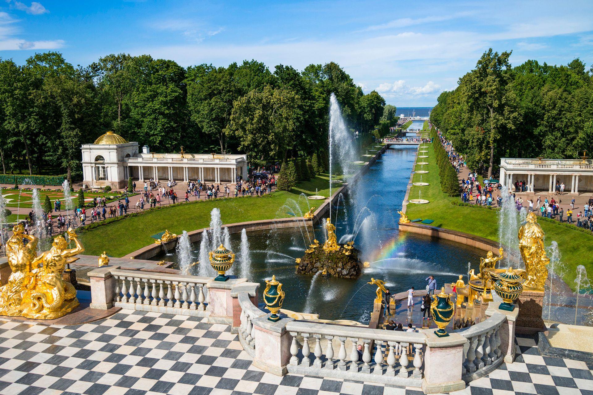 El palacio Peterhorf y sus parques en las afueras de San Petersburgo