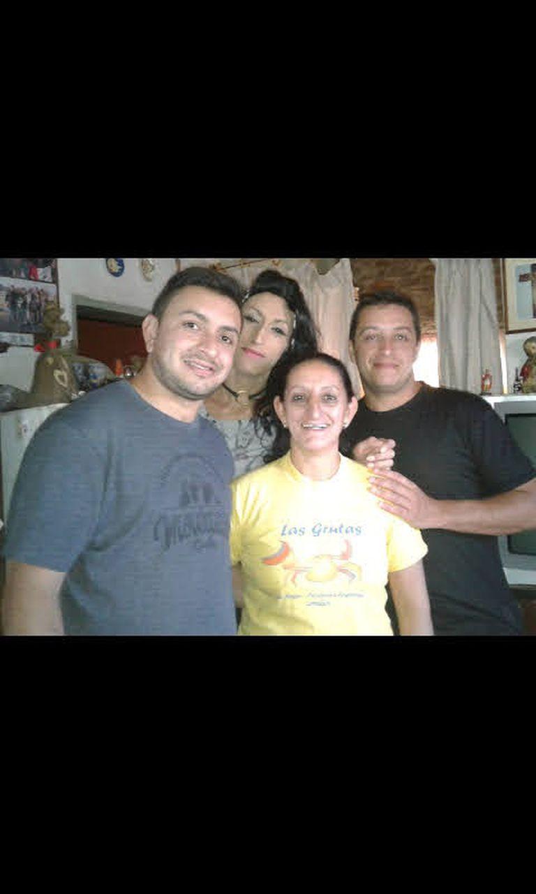 Victoria Núñez, muerta tras haber sido reducida por la policía luego de que sufriera una crisis nerviosa en su casa de Paraná, Entre Ríos. En la foto, con su familia