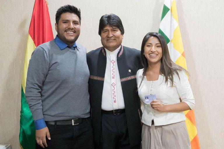 Evo Morales junto a sus dos hijos, Álvaro Morales y Evaliz Morales.