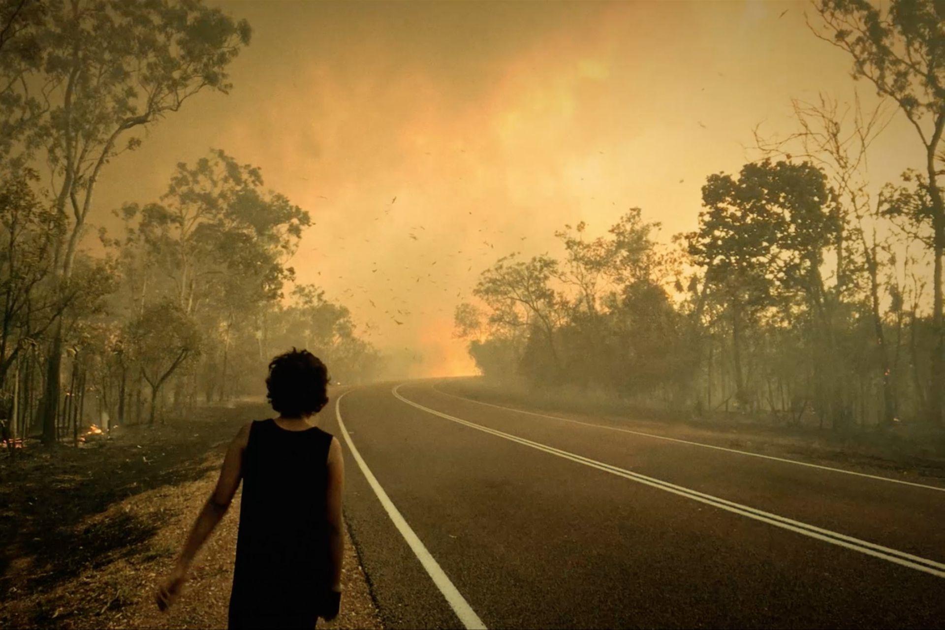 Still de un video del Karrabing Film Collective, grupo indígena australiano, que ilustra la presentación del proyecto Back to Earth en el sitio de las Serpentine Galleries de Londres
