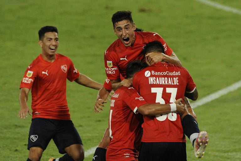 """Silvio Romero, Juan Manuel Insaurralde y más compañeros festejan un gol """"contrafáctico"""": Sebastián Palacios era el que iba a salir, pero ejecutó el córner que terminó en el tanto del capitán."""