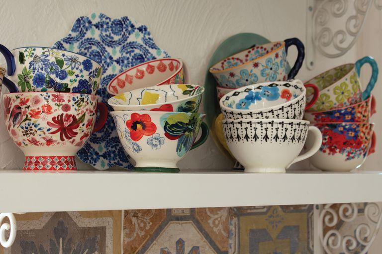 Abundan las tazas con lindos diseños porque Mechi es fan. Todas son de Anthropologie.