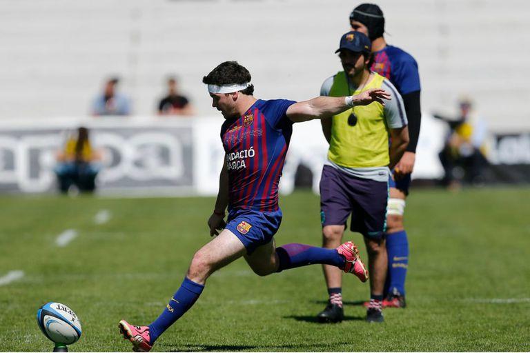 Bautista Güemes en acción con la camiseta blaugrana; la patada a los palos es una de sus especialidades.