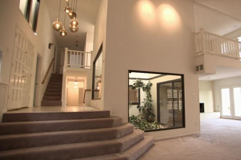 La gran casona contaba con alfombras y una pared principal con vista al jardín interno que luego sellaron. Imagen: Discovery