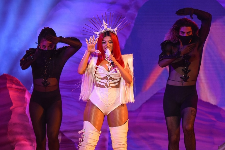 Bebe Rexha cantó junto a Doja Cat en los American Music Awards