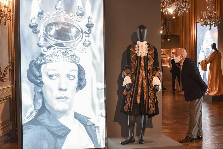 Imagen de Donald Sutherland caracterizado como Casanova y el traje que usó en el film, en la muestra del Museo de Arte Decorativo