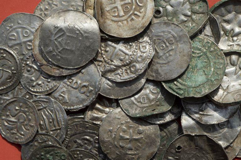Encontraron cientos de monedas, perlas, brochas y anillos