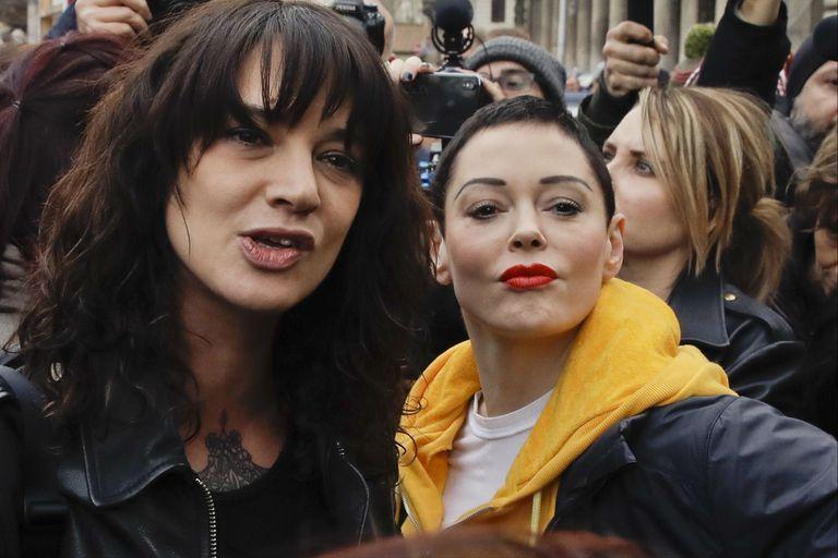 Las actrices Asia Argento y Rose McGowan, en una protesta en Roma