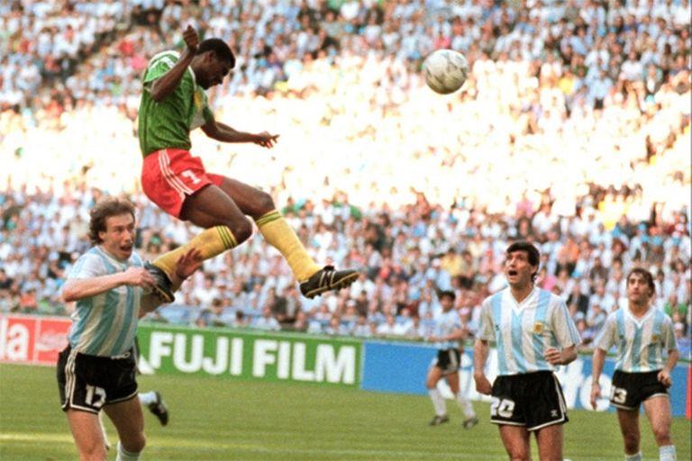 ¿Se puede saltar más alto? Omam-Biyik ya cabeceó y la pelota entrará al arco argentino, en el partido inaugural de Italia 90. Sensini, Simón y Lorenzo miran el desenlace inevitable. El Mundial empezaba con el mayor impacto camerunés de su historia
