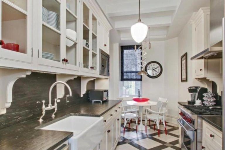 La cocina tiene gabinetes confeccionados a medida