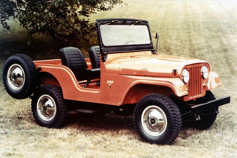 Jeep cj-5 1963   Aniversario.  El Jeep se empezó a fabricar en 1941 para la guerra, pero terminó convirtiéndose en el pionero de los vehículos todoterreno.