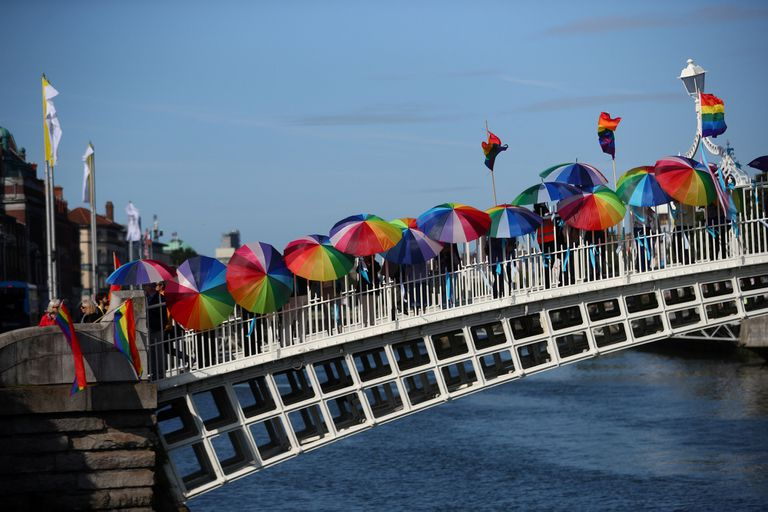 En el HaPenny Bridge se desplegaron numerosos protestantes con banderas LGBTIQ