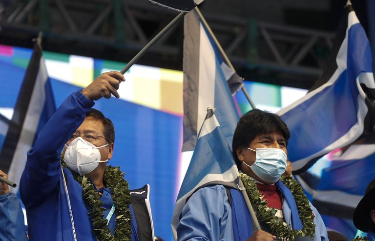 El presidente de Bolivia, Luis Arce, a la izquierda, y el expresidente Evo Morales, asisten al 26to aniversario del partido Movimiento al Socialismo, MAS, en La Paz, Bolivia, el lunes 29 de marzo de 2021.