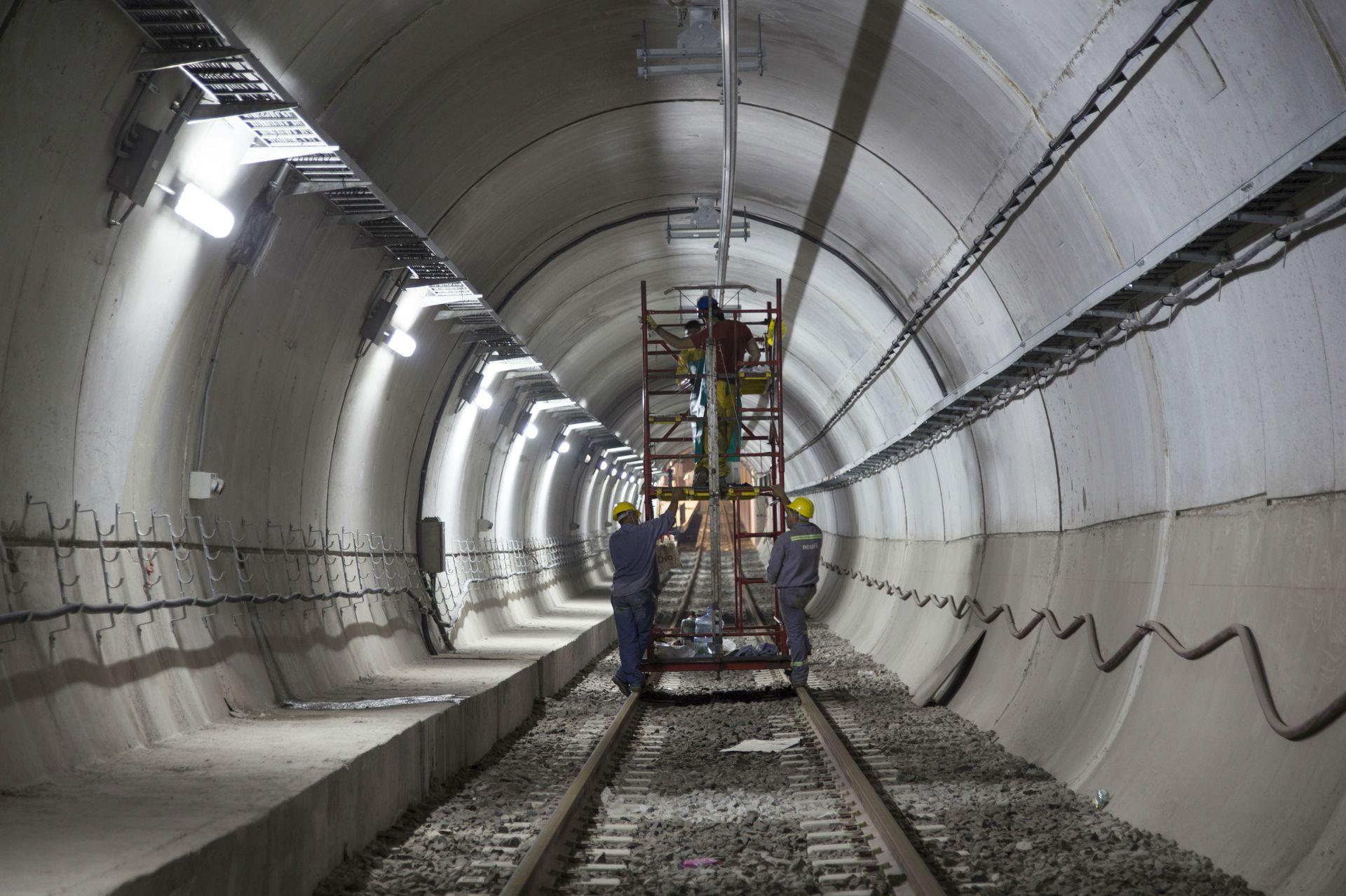 Obreros trabajan en el túnel