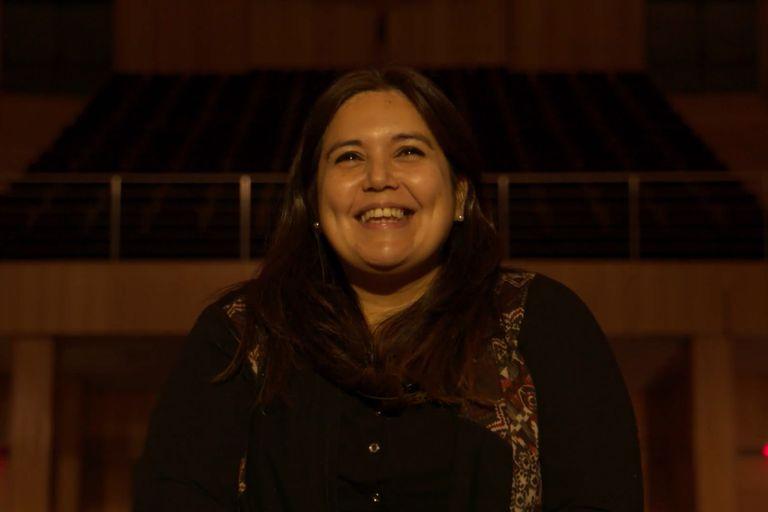 Verónica, una docente voluntaria que se encuentra en la primera línea de lucha contra el COVID-19, escucha emocionada a uno de sus ídolos, Abel Pintos