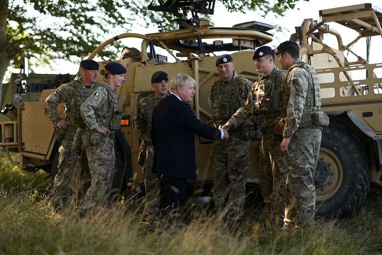 El primer ministro británico Boris Johnson se reúne con personal militar en el área de entrenamiento de la llanura de Salisbury, en el suroeste de Inglaterra, el 19 de septiembre de 2019