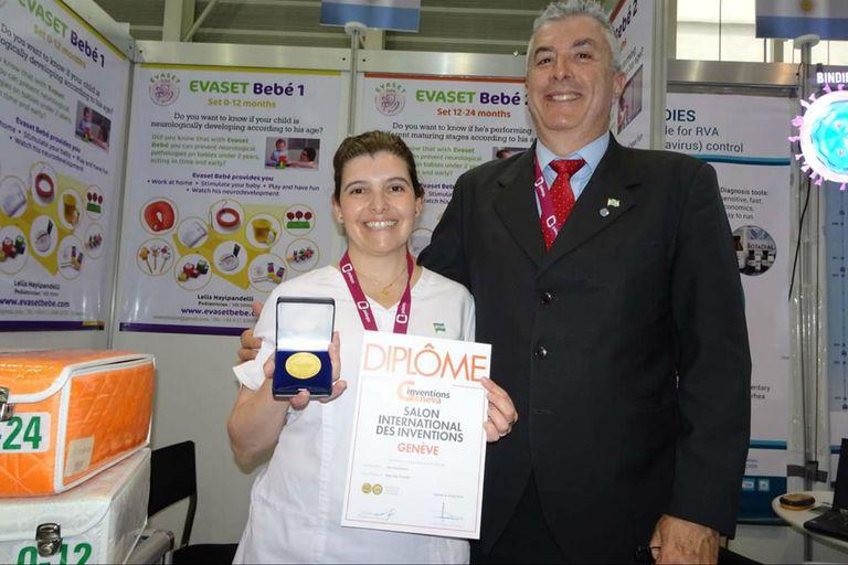 La pediatra exhibe su premio junto a Eduardo Fernández, director de la Escuela Argentina de Inventores