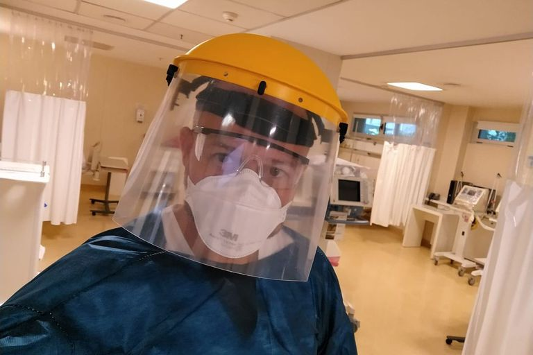 Un médico con traje protector para terapia intensiva