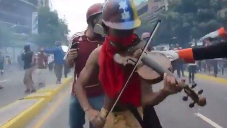El hombre que toca el violín en medio de las protestas reprimidas por Maduro