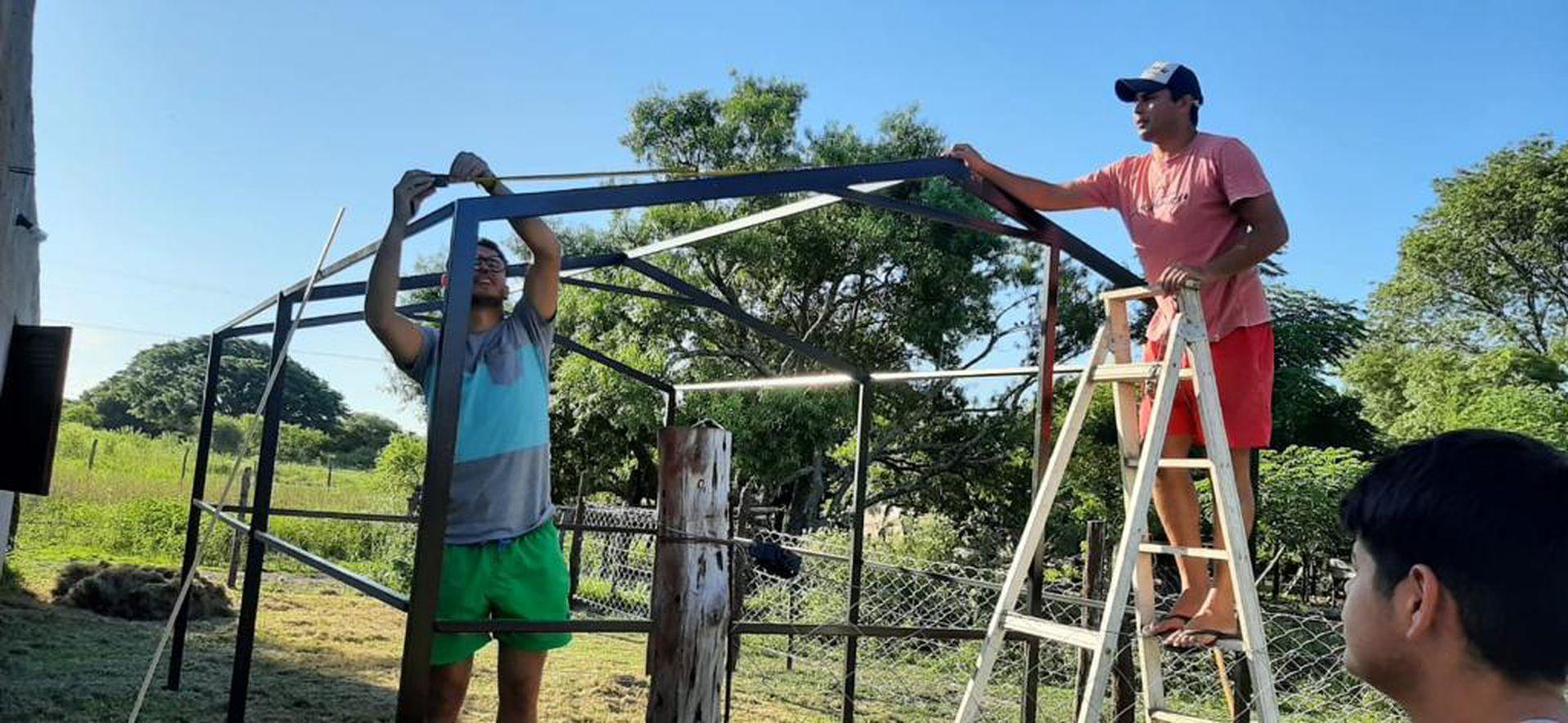 El autodenominado Equipo Solidario, un grupo de voluntarios de Paraje 29, Santa Fe, se encomendó a la tarea de armar un invernadero para cultivar plantines y devolver al pueblo las huertas familiares.