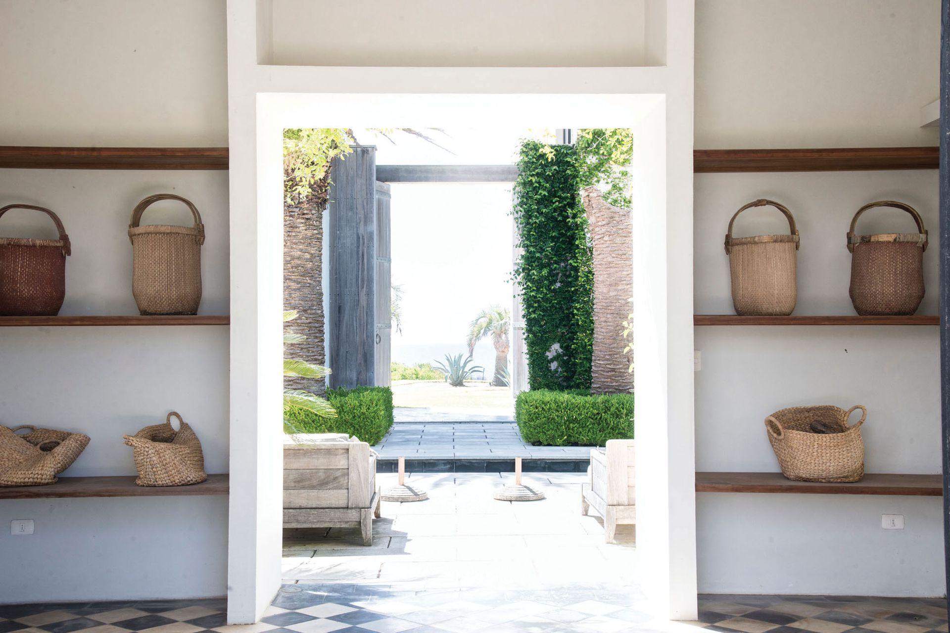 La entrada se continúa en un eje que pasa por el patio, y una enorme puerta de 5 metros de alto se abre para llegar hasta el mar.